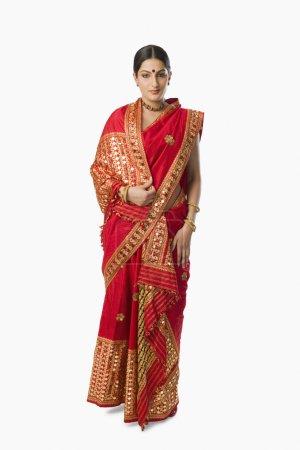 Photo pour Femme en mekhla rouge vif sur fond blanc - image libre de droit