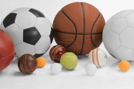 Photo pour Gros plan sur des balles de sport assorties - image libre de droit