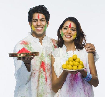 Photo pour Couple fête holi - image libre de droit