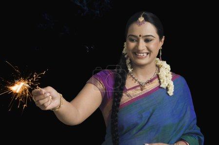 Foto de Mujer celebrando el festival Diwali con un bengala - Imagen libre de derechos