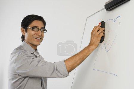 Photo pour Enseignant épousseter un tableau blanc - image libre de droit