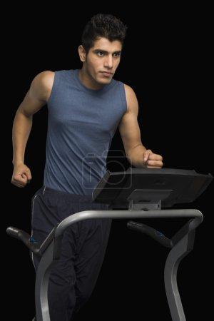 Photo pour Άνθρωπος που τρέχει σε διάδρομο μαύρο φόντο - image libre de droit