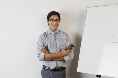 Photo pour Portrait d'un enseignant souriant devant un tableau blanc - image libre de droit