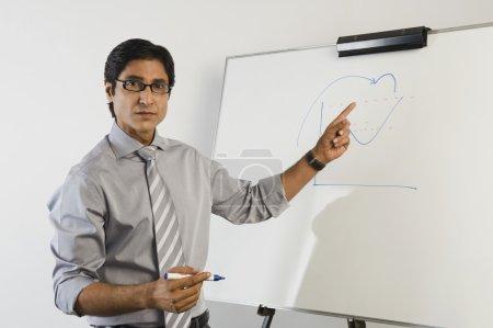 Photo pour Portrait d'un professeur devant un tableau blanc - image libre de droit