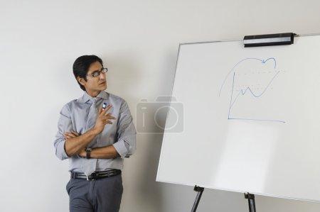 Photo pour Professeur debout à côté d'un tableau blanc - image libre de droit