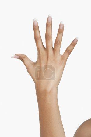 Photo pour Femme montrant sa main après la manucure - image libre de droit