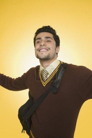 Photo pour Homme d'affaires souriant avec son bras tendu - image libre de droit