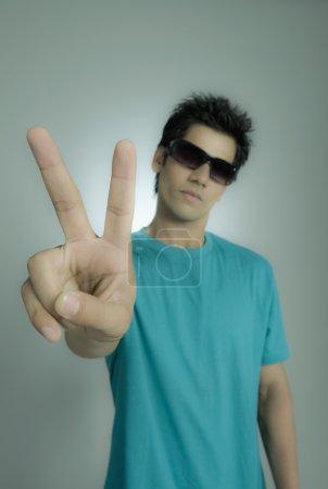 Photo pour Gros plan d'un homme montrant le signe de la paix - image libre de droit