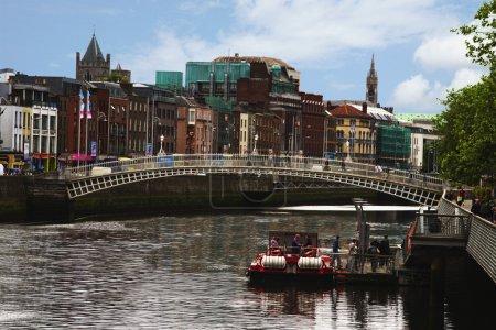 Photo pour Pont traversant une rivière, Ha'penny Bridge, Liffey River, Dublin, République d'Irlande - image libre de droit