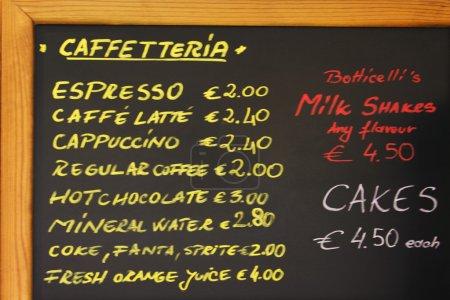 Photo pour Gros plan du menu d'une cafétéria - image libre de droit