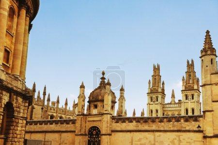 Photo pour Vue en angle bas des bâtiments universitaires, Oxford University, Oxford, Oxfordshire, Angleterre - image libre de droit