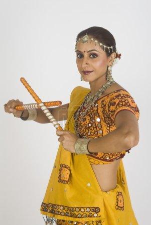 Photo pour Portrait d'une femme exécutant dandiya - image libre de droit