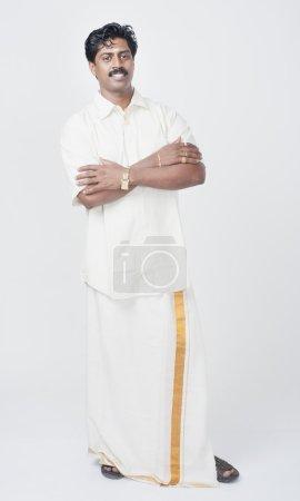 Photo pour Un Indien du Sud debout les bras croisés et souriant - image libre de droit