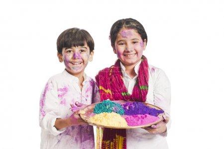 Photo pour Portrait de frère et sœur célèbre holi festival - image libre de droit