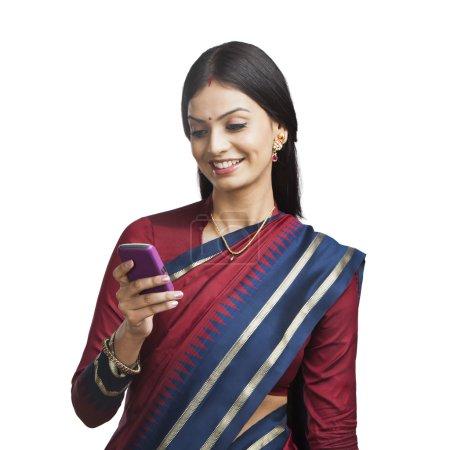 indische Frau mit einem Handy