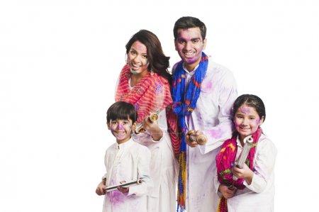 Photo pour Famille célébrant Holi festival - image libre de droit