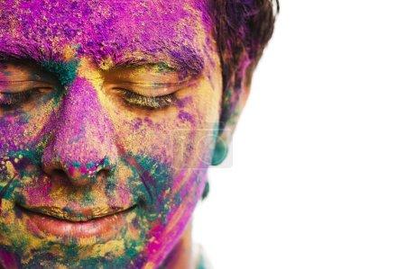Photo pour Mans visage recouvert de peinture en poudre pendant le festival Holi - image libre de droit