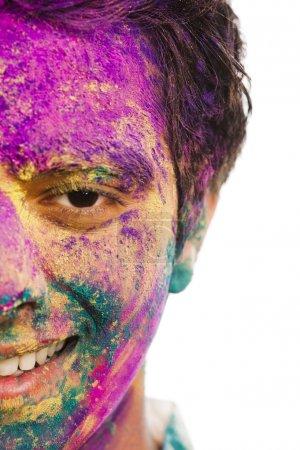 Photo pour Mans le visage couvert de peinture en poudre pendant le festival de holi - image libre de droit
