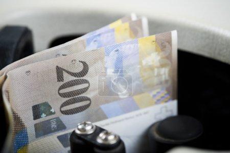Photo pour Deux cents billets d'euros comptés dans une machine - image libre de droit