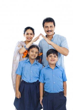 Photo pour Portrait d'une famille heureuse, isolée sur fond blanc - image libre de droit