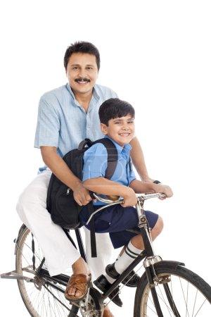 Photo pour Homme avec fils à vélo - image libre de droit