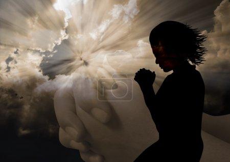 Photo pour Femme à genoux priant en silhouette - image libre de droit