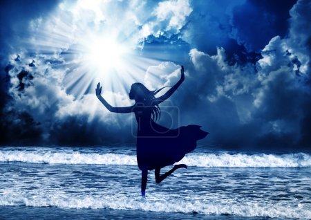 Photo pour Jeune femme louer le Seigneur avec danse - image libre de droit
