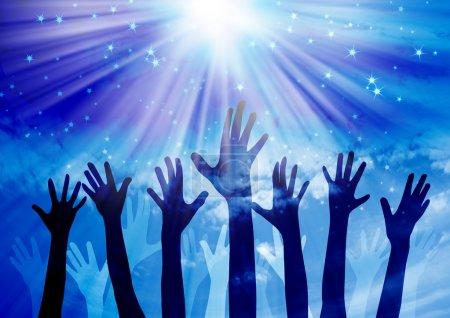 Photo pour Mains atteignant dans le ciel avec fond étoilé - image libre de droit
