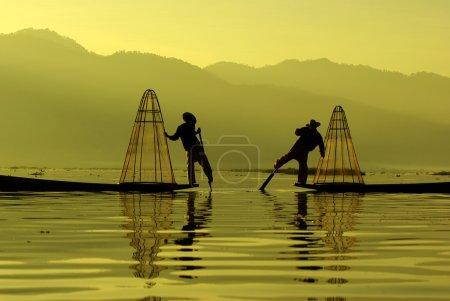 Fischer von inle lake in Aktion beim Angeln, myanmar
