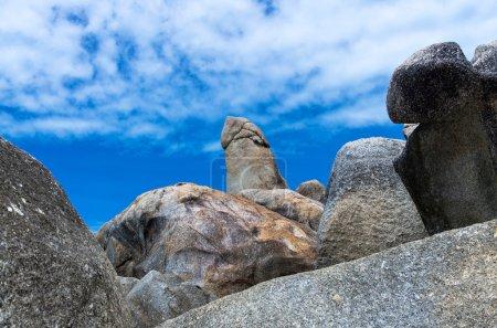 Photo pour Bizarre Rock (Hin Ta Rock) sur ciel bleu avec pourrait, Samui Island, Surat thani, Thaïlande - image libre de droit