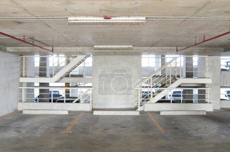 Photo pour Parking avec escalier - image libre de droit
