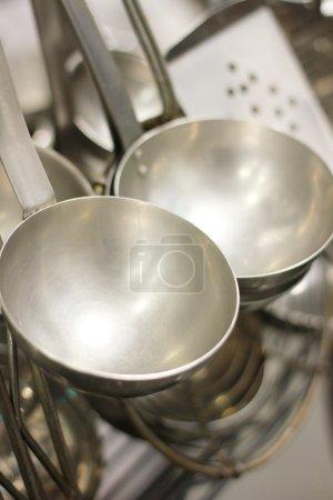 ustensiles en acier dans la cuisine