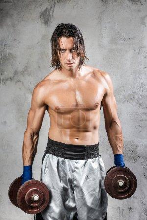 Photo pour Portrait de boxeur musclé regardant le spectateur - image libre de droit