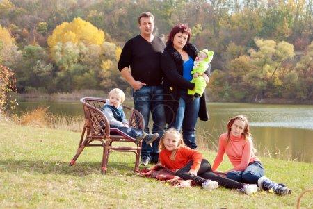 Photo pour Bonne grande famille avec enfants dans le parc d'automne . - image libre de droit
