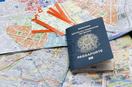 Photo pour Passport, maps, and tickets on the table - image libre de droit