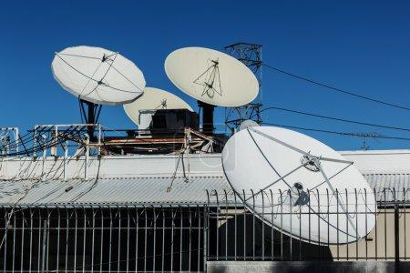 Photo pour Diffusion parabolique antennes paraboliques paraboliques sur le toit . - image libre de droit