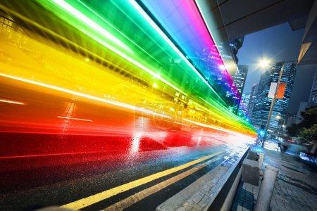 Photo pour Longue exposition prise de vue du bus flou excès de vitesse à travers la rue de nuit . - image libre de droit