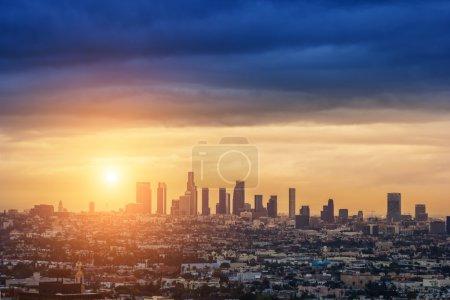 Photo pour Lever du soleil sur les toits de ville de los angeles - image libre de droit