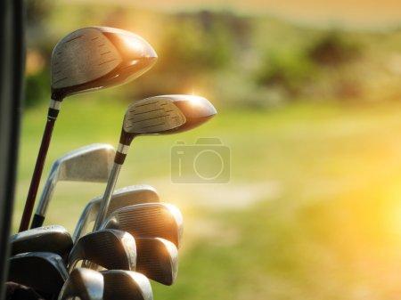Photo pour Clubs de golf conducteurs sur fond de champ vert - image libre de droit