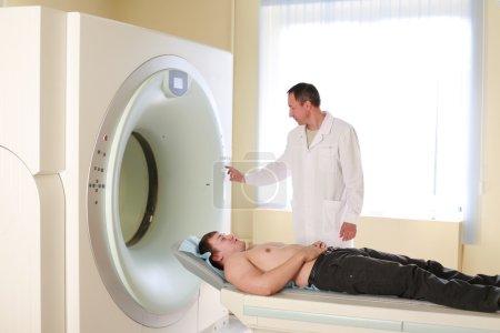 Photo pour Patient et médecin prêts à faire un scanner CAT avec scanner CT . - image libre de droit