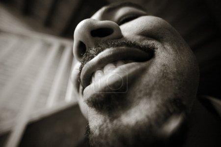 Photo pour Portrait de grand angle d'un homme du plaisir. effet de grain de haute. - image libre de droit