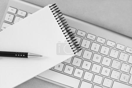 Photo pour Notebook, stylo et fond de clavier d'ordinateur - image libre de droit