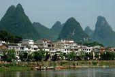 Yangshuo, Čína: domy na lijang řeky a krasový skalní útvary