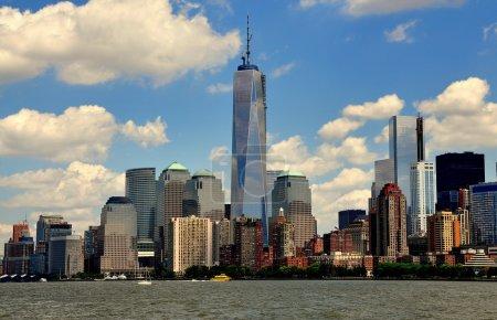 Photo pour NYC : L'horizon inférieur de Manhattan avec les tours en verre du World Financial Center dominées par la tour presque achevée du One World Trade Center vue depuis l'Hudson River - image libre de droit