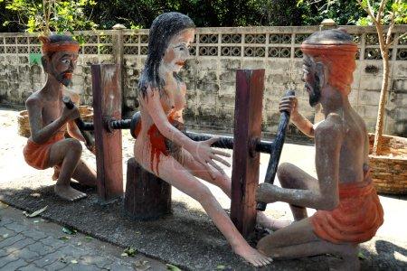 Photo pour Bang saen, Thaïlande : statues sculptées représentent les souffrances d'une femme, être torturé pour ses péchés dans le jardin de l'enfer à wat saen suk - image libre de droit