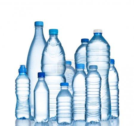 Photo pour De nombreuses bouteilles d'eau isolées sur fond blanc - image libre de droit