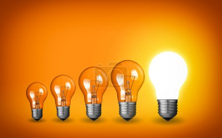 Photo pour Rangée d'ampoules. Concept d'idée sur fond orange . - image libre de droit