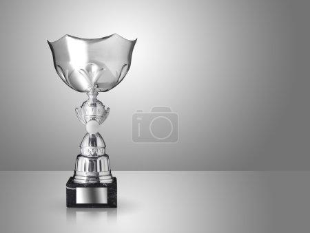 Photo pour Champion trophée d'argent sur fond gris - image libre de droit