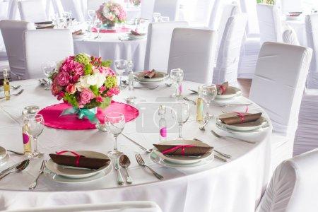 Photo pour Une image de tables installées dans une salle de mariage de luxe - image libre de droit