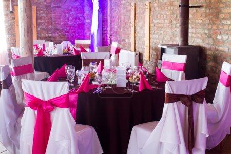 Foto de Una imagen de mesas en un salón de bodas de lujo - luces púrpuras - Imagen libre de derechos